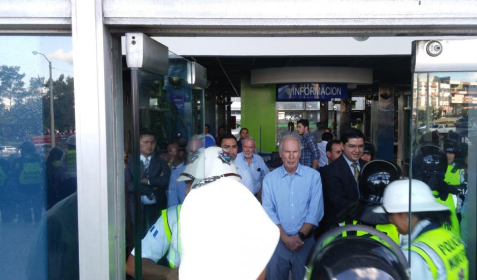 Los vendedores buscaban un diálogo con el alcalde Álvaro Arzú, quien observó la situación desde el interior de la Comuna. (Foto: José Miguel Castañeda/Soy502)