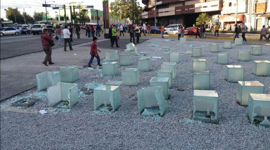 En los alrededores de la municipalidad también se observaron algunos destrozos. (Foto: José Miguel Castañeda/Soy502)