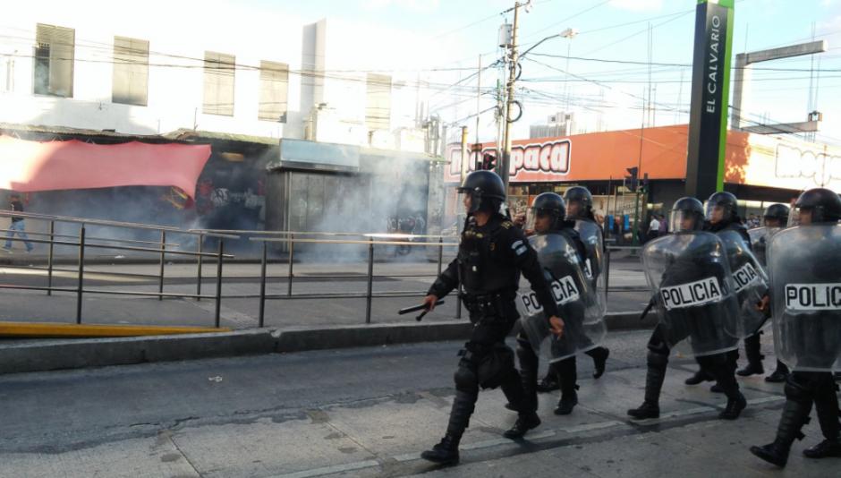 Ante la amenaza de más destrozos, agentes lanzaron gases lacrimógenos para dispersar a los inconformes. (Foto: José Miguel Castañeda/Soy502)