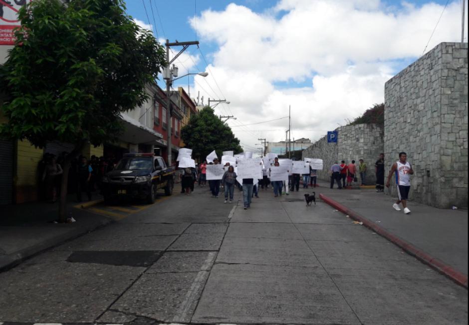El grupo pide que se les deje vender en la Sexta Avenida de la zona 1. (Foto: Javier Lainfiesta/Soy502)