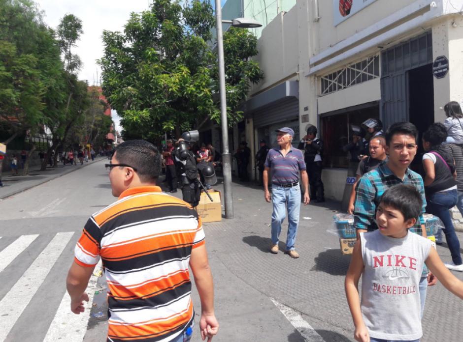 Los transeúntes se mostraron sorprendidos con la nueva protesta. (Foto: Javier Lainfiesta/Soy502)
