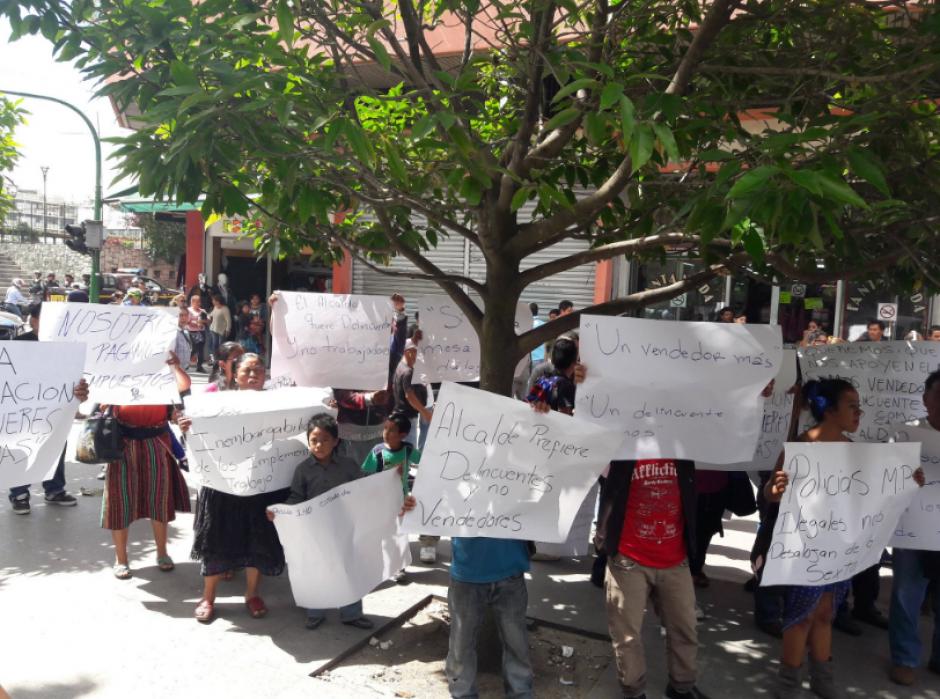 Estas eran las consignas del grupo de personas que protestó el viernes 11. (Foto: Javier Lainfiesta/Soy502)