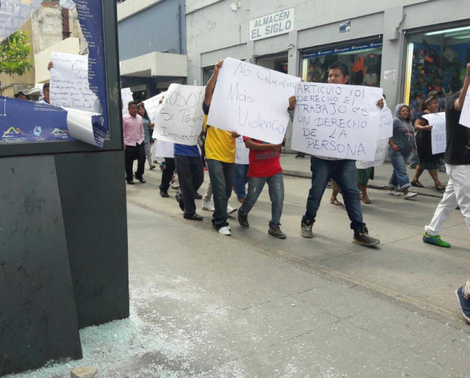 Varios vendedores informales realizaron una caminata en el Paseo de la Sexta. (Foto: Javier Lainfiesta/Soy502)