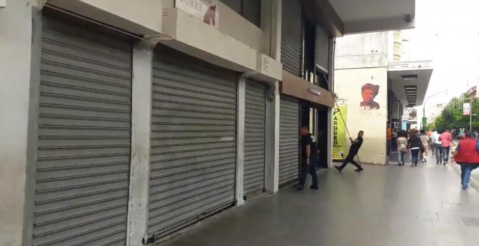 Al paso de los manifestantes varios comercios cerraron sus puertas. (Foto: Javier Lainfiesta/Soy502)