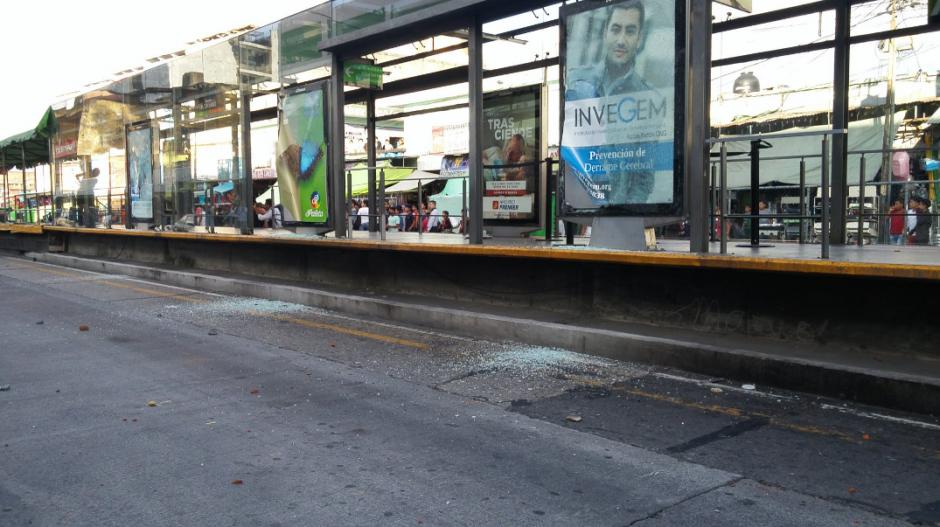 La parada El Calvario del Transmetro fue atacada por los inconformes. (Foto: José Miguel Castañeda/Soy502)