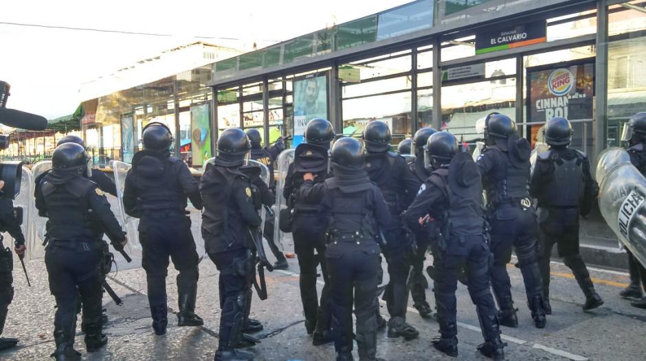 La PNC indicó que no intervinieron para no causar más daños, pero al final disolvieron la manifestación con gas lacrimógeno. (Foto: José Miguel Castañeda/Soy502)