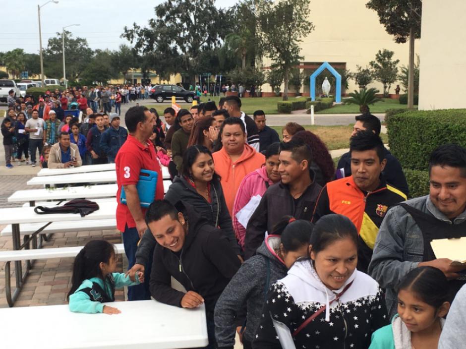 Este sábado cientos de guatemaltecos acudieron al consulado móvil de Orlando, Florida. (Foto: Twitter, @MinexGt)