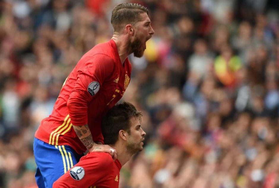 Ramos y Piqué son amigos dentro del campo. (Foto: MD)