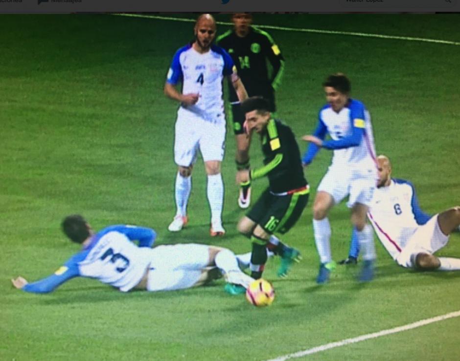 En la jugada hay contacto, pero Héctor Herrera exagera después. (Captura de Pantalla)