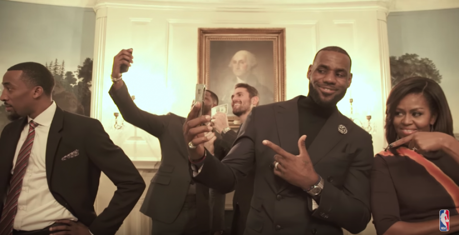 LeBron James con la Primera Dama, Michelle Obama. (Captura de Pantalla)