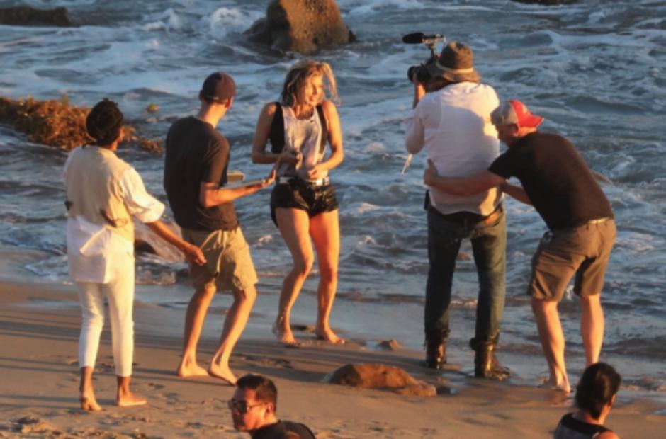 Pascal cuida de la cantante mientras graba las escenas de playa. (Foto: TMZ)