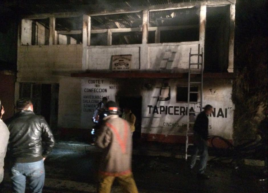Los apagafuegos trataron que las llamas no alcanzaran otras viviendas. (Foto: Jefry Ssarat/Stereo 100)