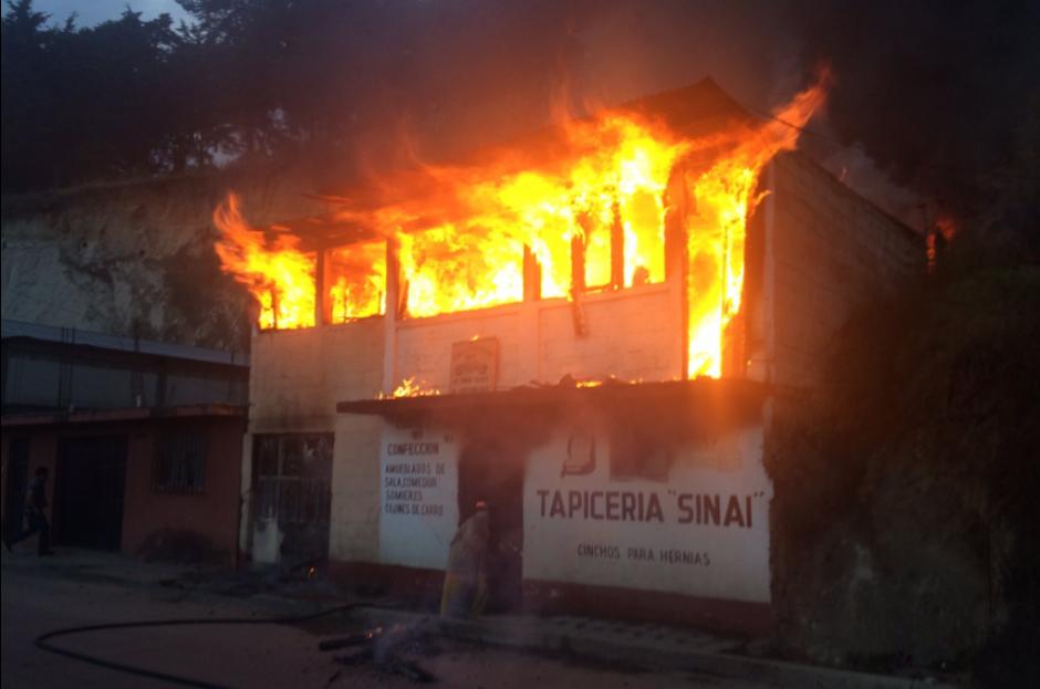 El incendio consumió una vivienda y un comercio en Quetzaltenango. (Foto: Jefry Ssarat/Stereo 100)