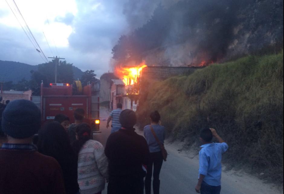 Los bomberos trabajaron por más de una hora para controlar el fuego. (Foto: Jefry Ssarat/Stereo 100)