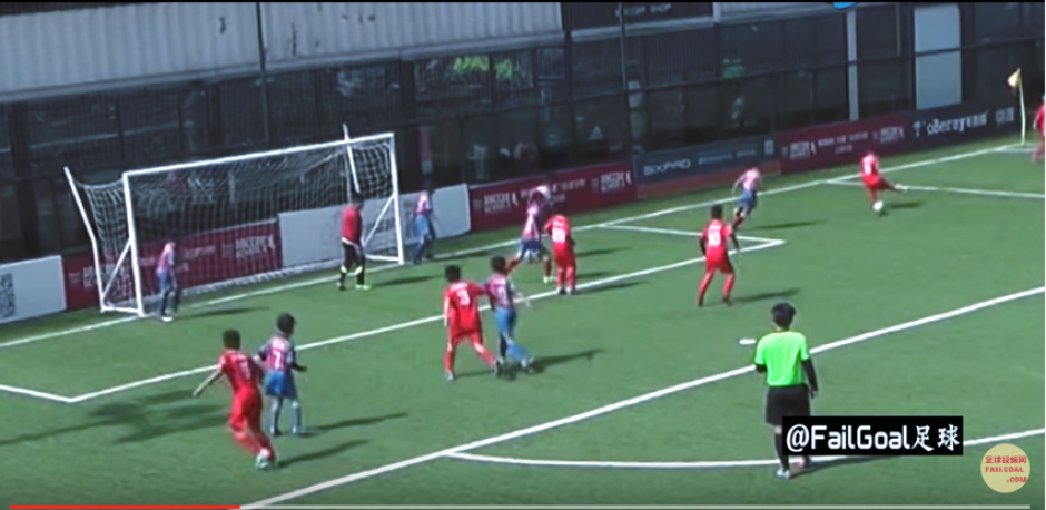 Los pequeños hacen una jugada que desconcierta a sus rivales. (Imagen: captura de YouTube)