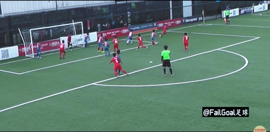 Ambas jugadas terminan en gol y los pequeños celebran. (Imagen: captura de YouTube)