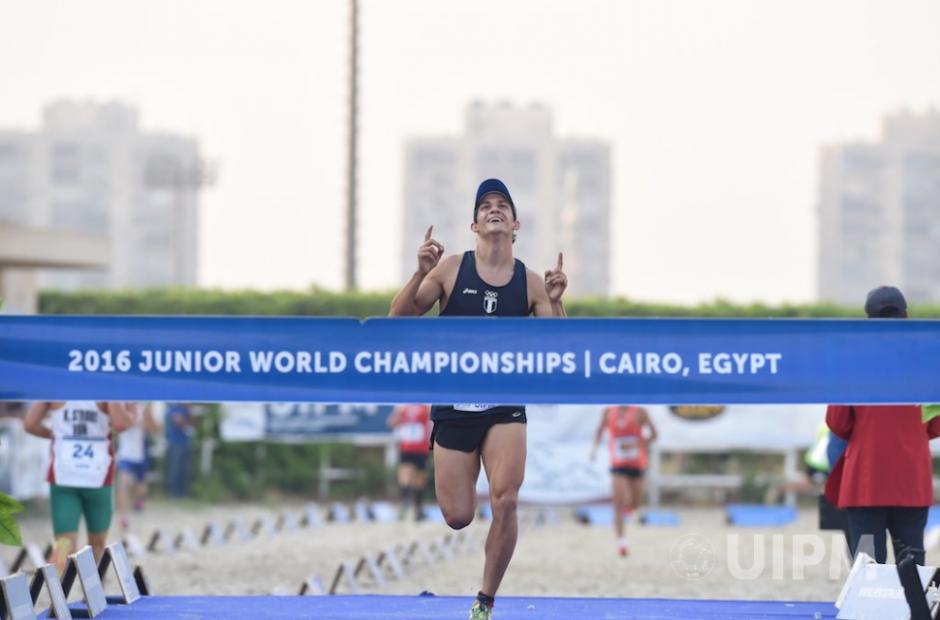 Foto de Charles en la meta cuando ganó en Egipto. (Foto: UIPM)