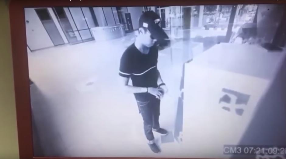 El usuario llegó al cajero automático y retiró dinero. (Imagen: captura de YouTube)