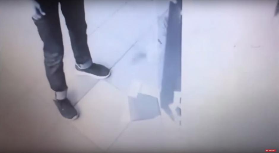 Sin explicación alguna, el cajero empezó a expulsar dinero como si fuera un tragamonedas. (Imagen: captura de YouTube)