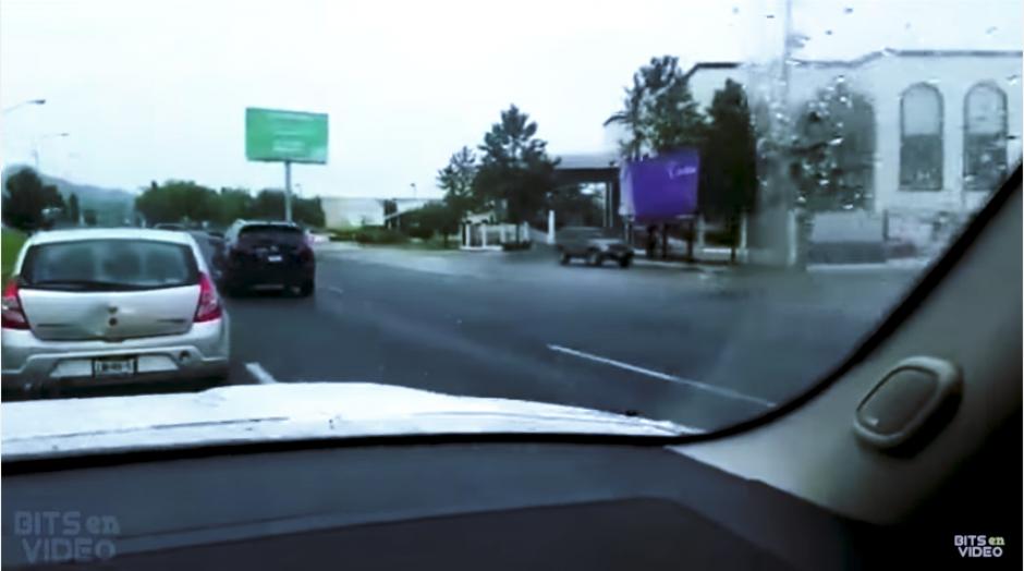 Aunque el indignado automovilista trata de alcanzar al pequeño conductor, éste acelera y logra escaparse de la cámara. (Imagen: captura de YouTube)