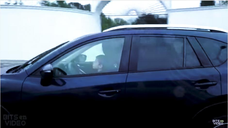 Otro conductor y su acompañante notan la situación y tratan de acercarse. (Imagen: captura de YouTube)