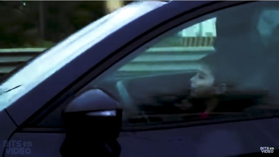 El hombre que acompaña al niño va revisando su celular. (Imagen: captura de YouTube)