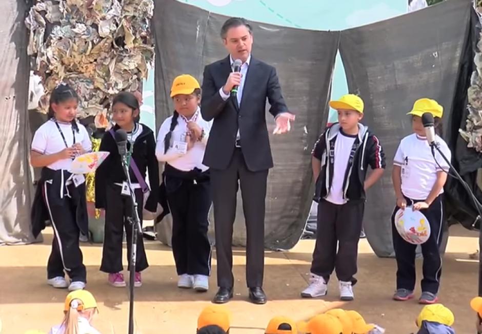 El Ministro de Educación de México fue corregido en público por una pequeña niña