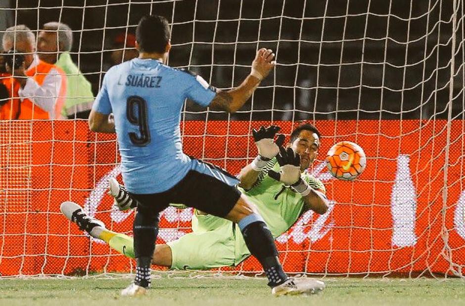 Luis Suárez falló un penal contra su amigo Claudio Bravo. (Imagen: captura de pantalla)
