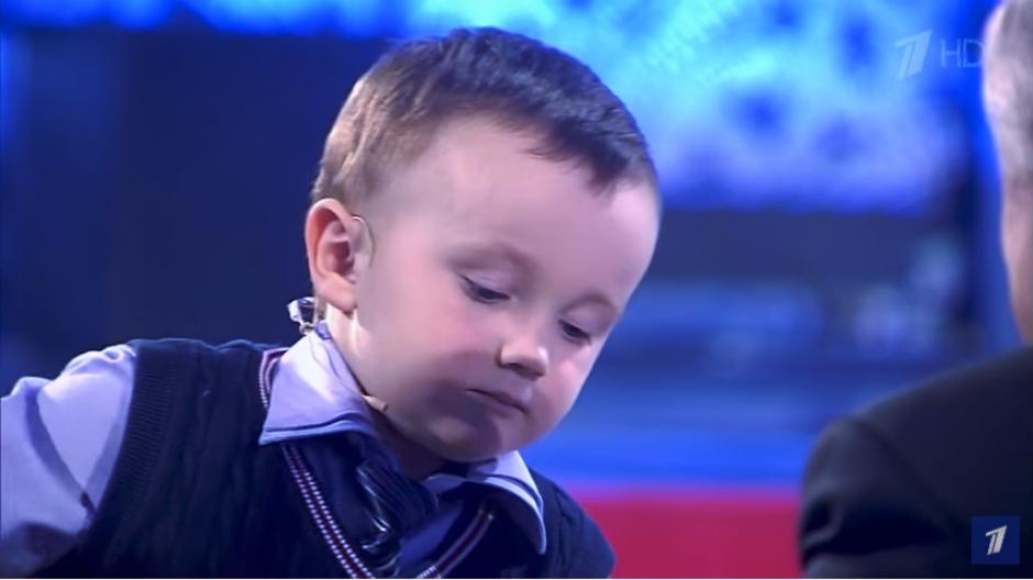 El niño trata de imponer su estilo ante el experto. (Imagen: captura de YouTube)