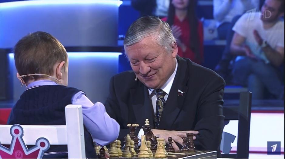 Anatoli Kárpov parece no tener piedad de su inocente enemigo. (Imagen: captura de YouTube)