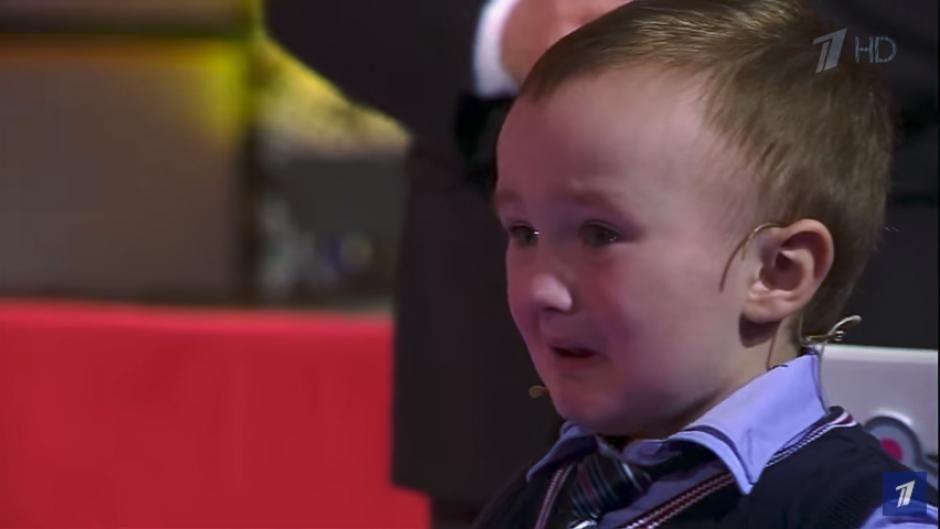 Tras perder, el niño se retira llorando hacia donde estaba su madre. (Imagen: captura de YouTube)