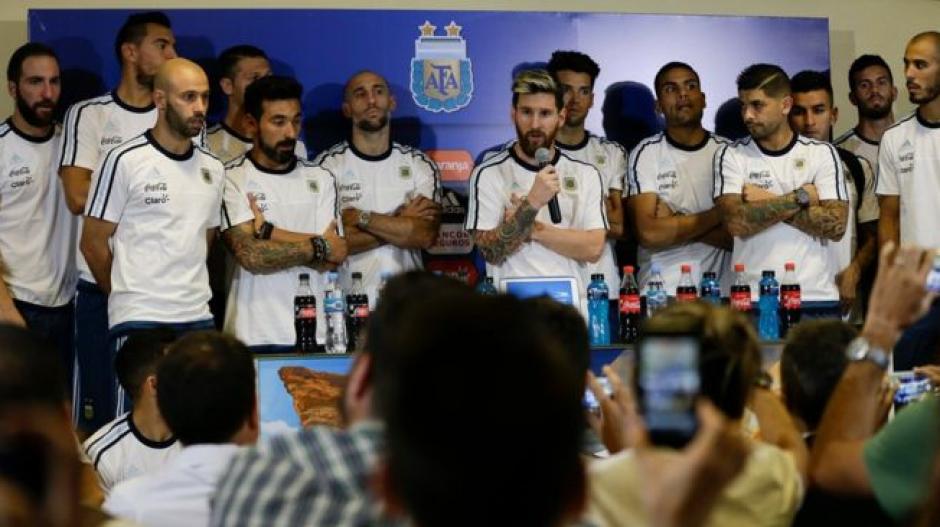 Messi salió a la sala de prensa con todo el equipo. (Imagen: captura de pantalla)