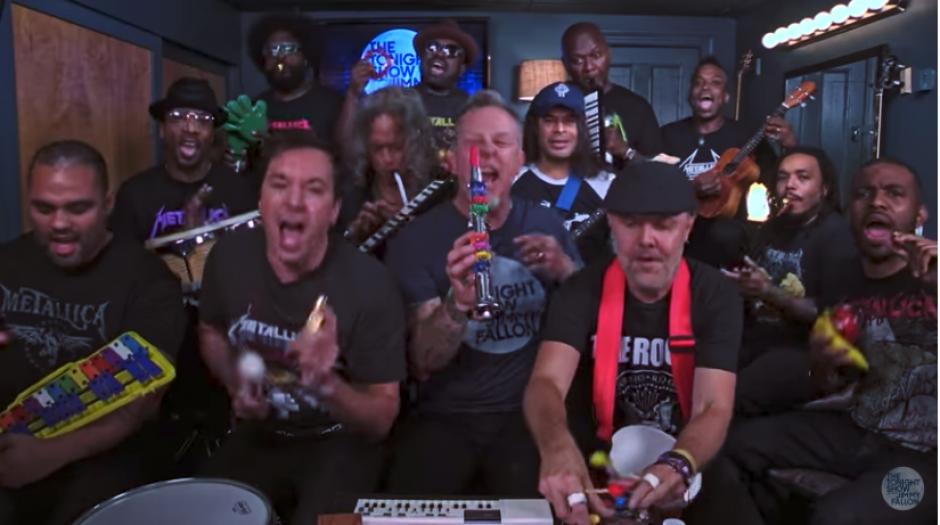 Los rockeros intercambiaron playeras con los raperos según se aprecia en el video. (Imagen: captura de YouTube)