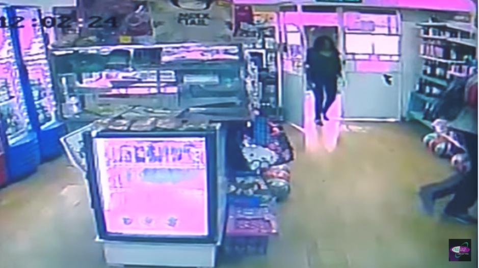 La mujer entra a la tienda sin estar consciente de su situación. (Imagen: captura de YouTube)