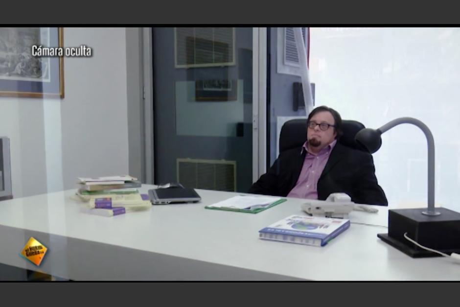 Pablo Pineda era el encargado de entrevistar a varias personas que buscaban trabajo. (Imagen: captura de YouTube)