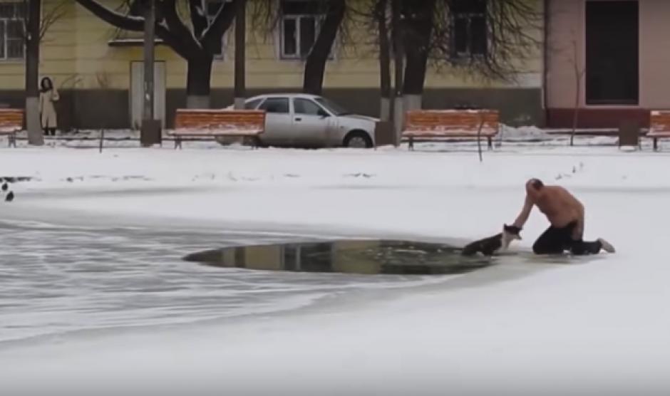 El hombre logró agarrar del lomo al animal para sacarlo del agua helada. (Foto: Captura de video)