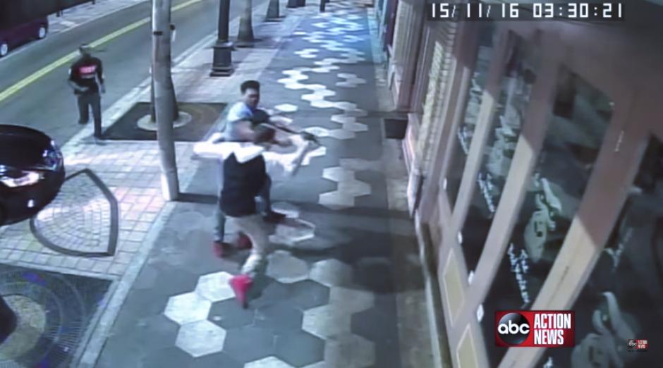 Varios hombres se pelean en una calle en Tampa mientras todo queda grabado en una cámara de seguridad. (Imagen: captura de YouTube)