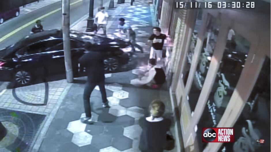 De pronto, uno de los implicados se va al carro negro y embiste a los demás. (Imagen: captura de YouTube)