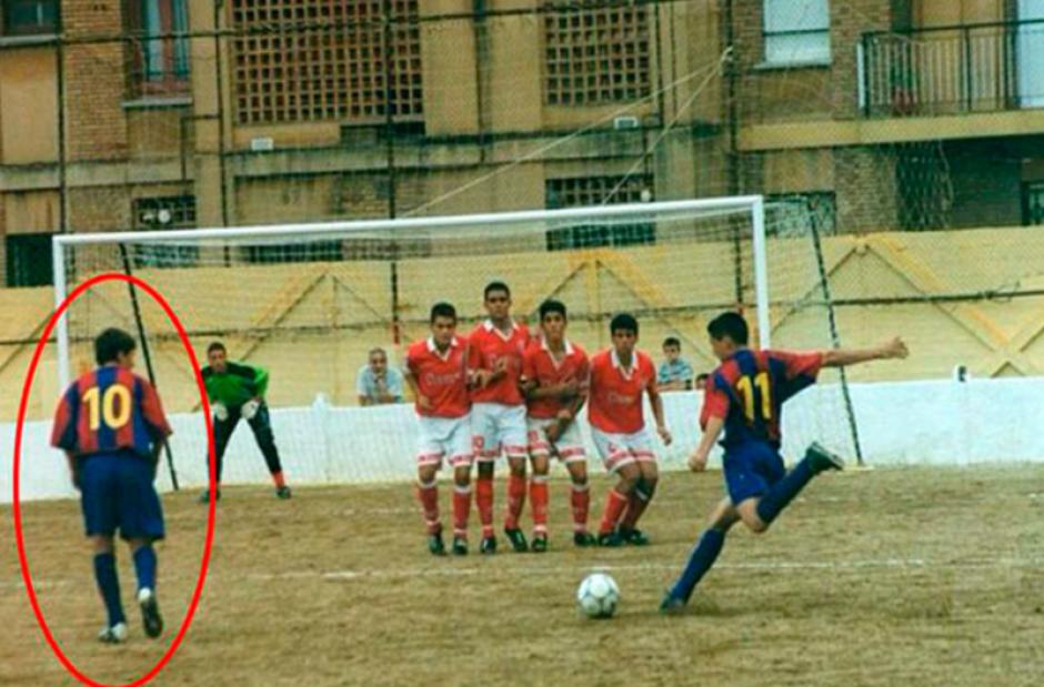 Messi a la izquierda, mientras Clausí lanza una falta. (Foto: MarcaBuzz)