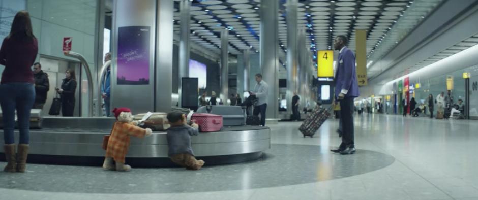 Los osos recorren el aeropuerto de Londres antes de encontrarse con sus familiares. (Foto: Captura de Pantalla)