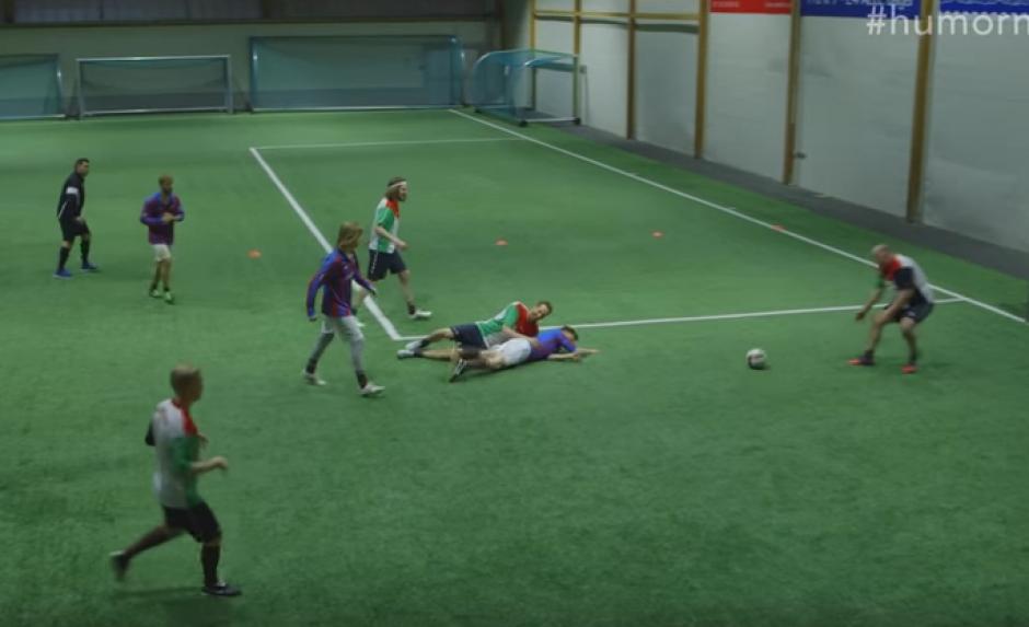 Los jugadores ingresan al campo totalmente borrachos y muchas veces quedan tendidos. (Foto:Captura de Video)