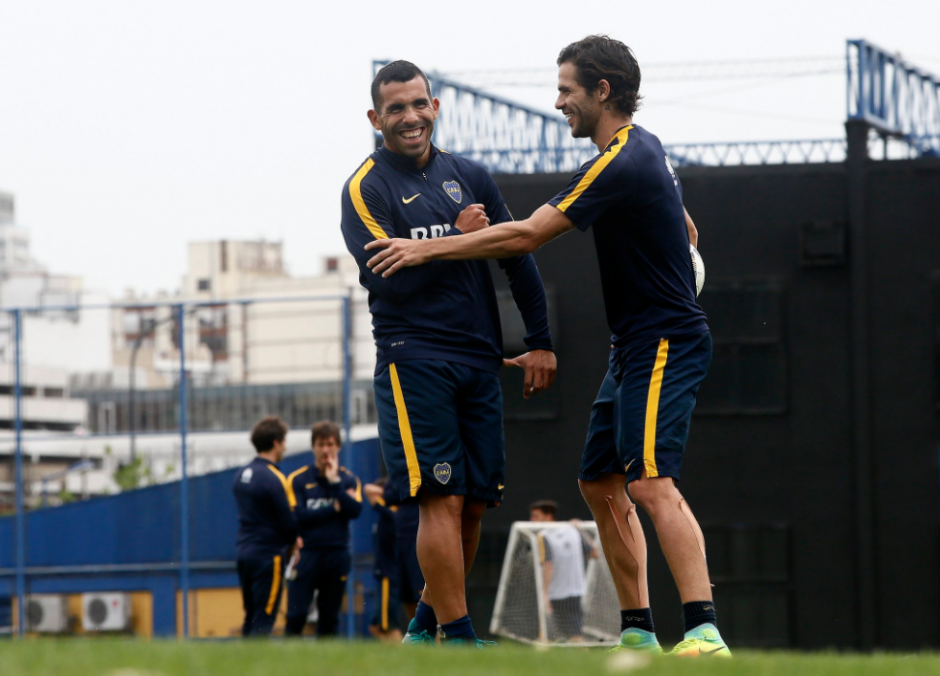 Tévez bromea con Fernando Gago en un entreno. (Foto: Olé)