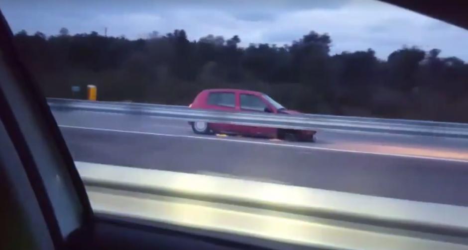 La mujer conducía su vehículo sin una llanta delantera. (Imagen: captura de Facebook/Mossos d'Esquadra)