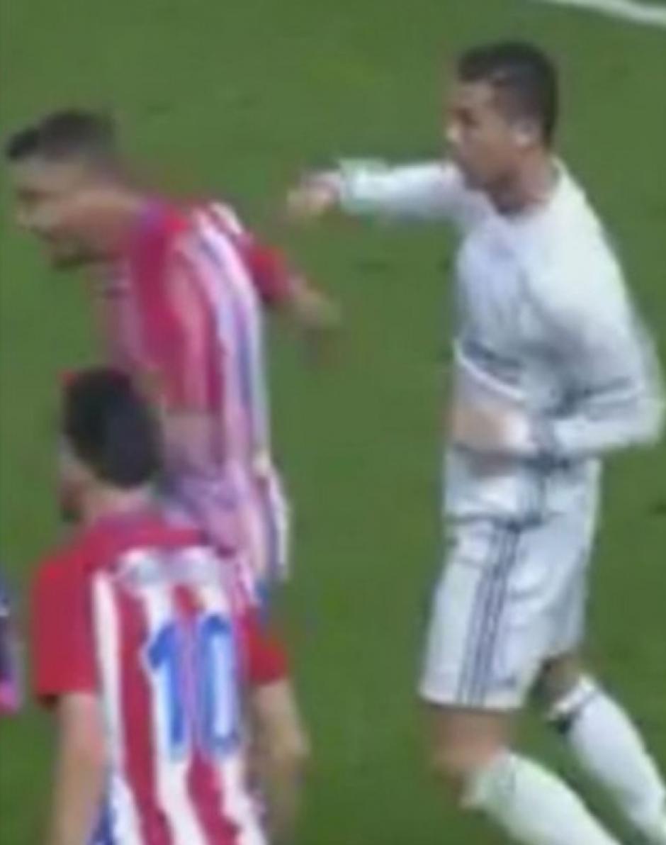Todo empezó con un codazo y una posterior respuesta de Ronaldo. (Imagen: captura de pantalla)