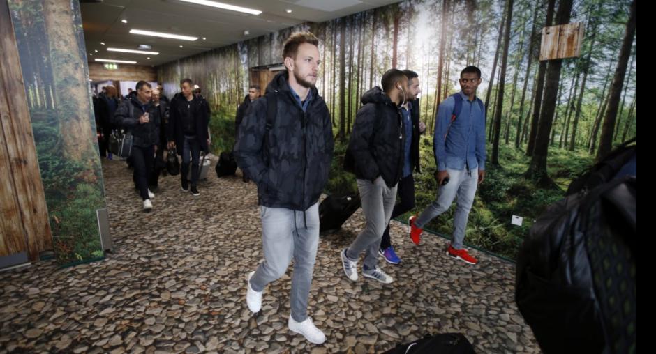 Ivan Rakitic en el aeropuerto. (Foto: FCBarcelona)
