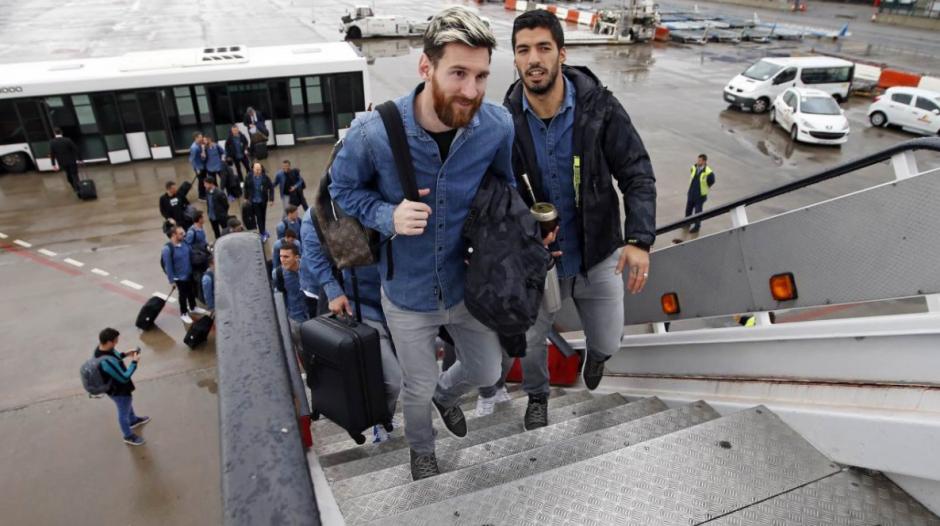 Messi junto a Suárez subiendo al avión. (Foto: FCBarcelona)