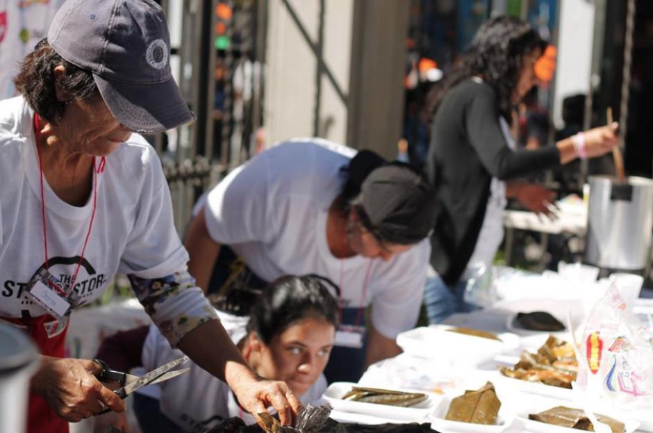 En la actividad se ofrece comida a los indigentes. (Foto: Facebook/Street Store)