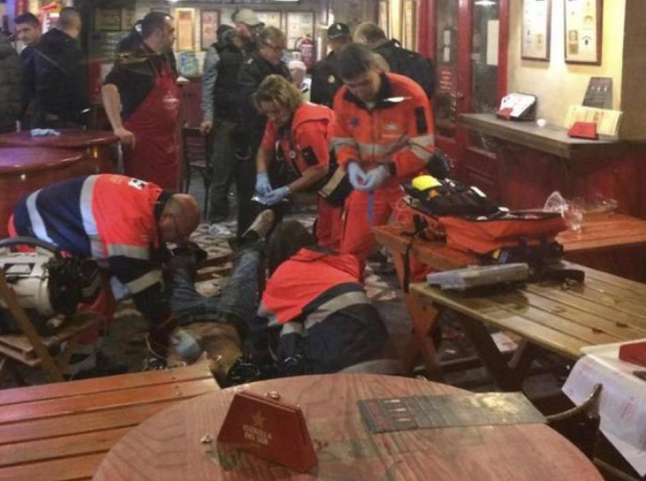 Los paramédicos atendieron a un hombre en el interior del restaurante. (Foto: Twitter)