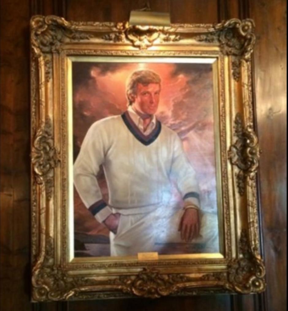 El marco que sostiene la foto de Trump es de oro. (Foto: rpp.pe)