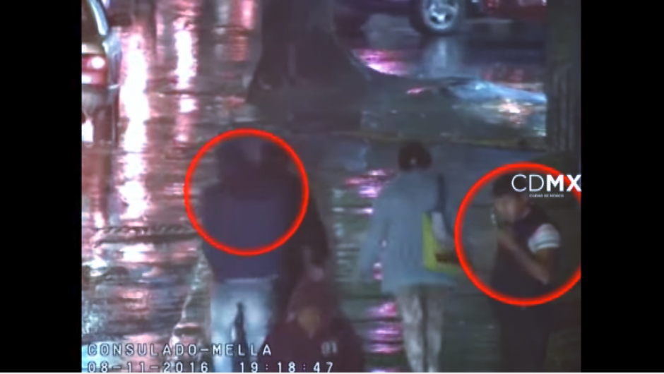 Las cámaras notan los movimientos sospechosos de dos hombres. (Captura Video)
